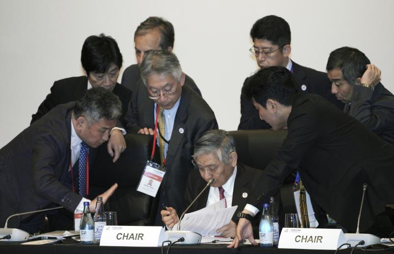 El gobernador del Banco de Japón, Haruhiko Kuroda, centro abajo, habla con participantes antes de la reunión de ministros de hacienda y gobernadores de bancos centrales del G20 en Fukuoka, Japón, sábado 8 de junio de 2019. (AP Foto/Eugene Hoshiko, Pool)