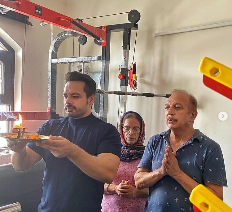 Gaurav Taneja with his parents inaugurating their 'home gym'; Source: Gaurav Taneja's Instagram