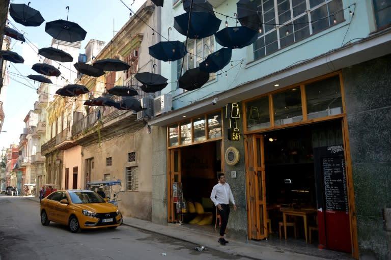 Un taxi llega a un restaurante en La Habana, el 3 de diciembre de 2018