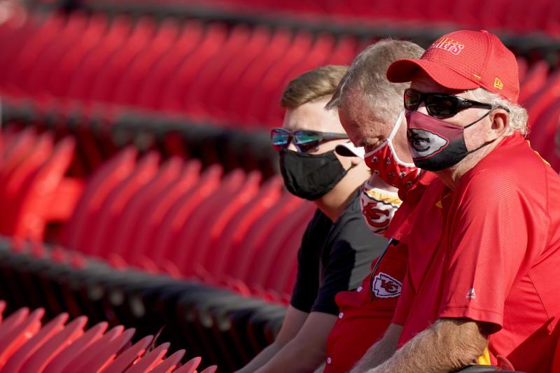 Người hâm mộ đeo mặt nạ theo dõi các đội trưởng thành phố Kansas trong trại huấn luyện bóng đá NFL vào thứ Bảy, ngày 22 tháng 8 năm 2020, tại Sân vận động Arrowhead ở Thành phố Kansas, Mo. Các đội trưởng đã mở cửa sân vận động cho 2.000 người có vé mùa đến xem tập luyện khi đội dự định mở mùa thông thường với công suất giảm khoảng 22 phần trăm hoặc bình thường.  (Ảnh AP / Charlie Riedel)
