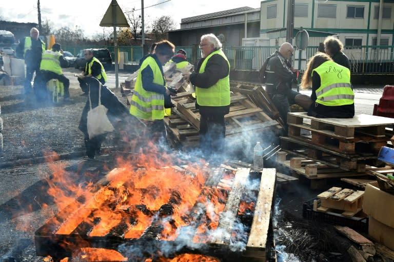 """Una barricada levantada por los """"chalecos amarillos"""" ante un depósito de carburante en Le Mans, en el noroeste de Francia, el 4 de diciembre de 2018"""