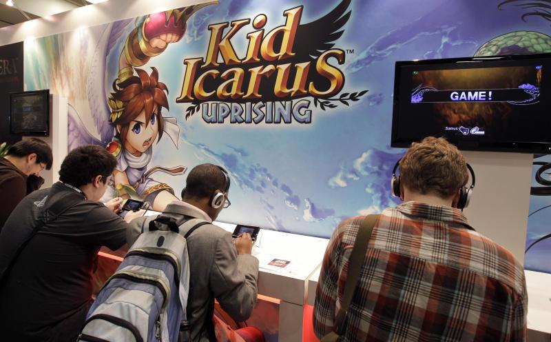 """Adolescentes jugando a una versión actual del videojuego """"Kid Icarus"""", el mismo que se encontró sin abrir en el desván de su madre Scott Amos. Foto: AP Photo/Paul Sakuma."""