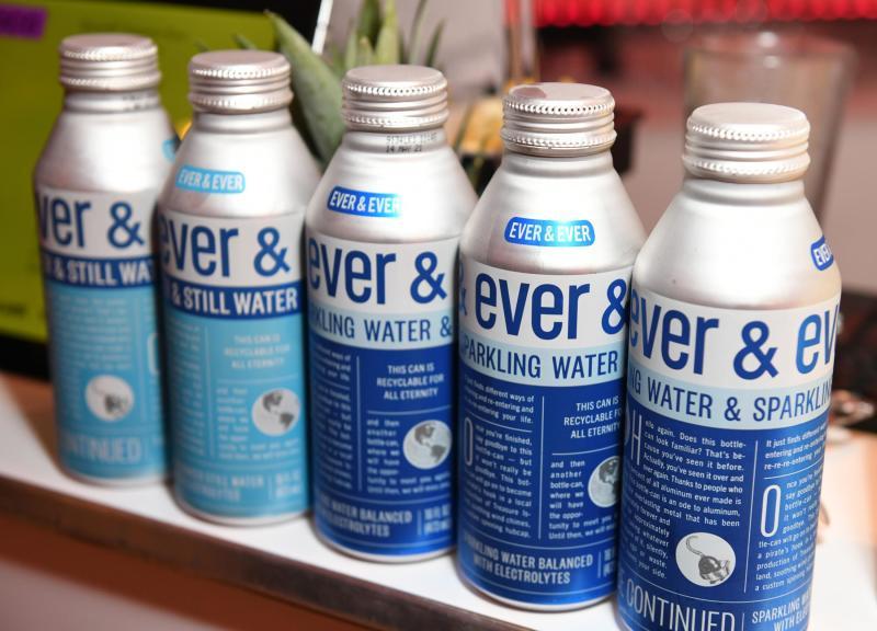 ¿Agua enlatada para mitigar el daño de las botellas plásticas?
