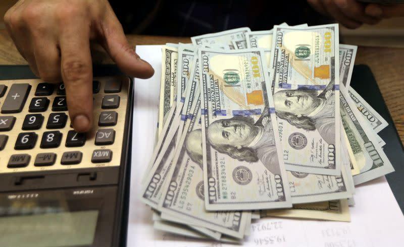 Forex, dollaro in rialzo, mercati attendono Fed e Bce