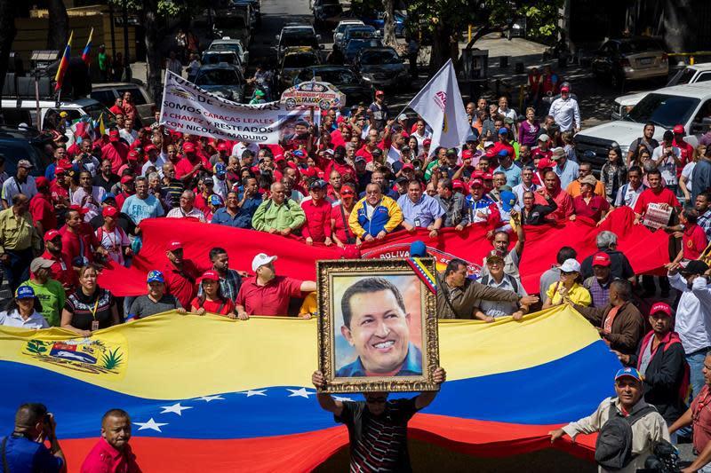 Cientos de personas participan en una protesta oficialista, compuesta por simpatizantes del gobierno y miembros de sindicatos de empresas nacionales, frente a la Federación de Cámaras y Asociaciones de Comercio y Producción de Venezuela (Fedecámaras) hoy, jueves 8 de noviembre de 2018, en Caracas (Venezuela). EFE