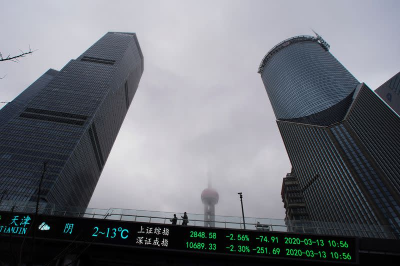 Borsa Shanghai in ribasso, storico tonfo greggio incide su propensione al rischio