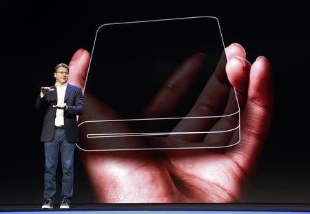 Foto del miércoles de Justin Denison, vicepresidente senior de marketing de productos móviles de Samsung Electronics, hablando durante la presentación del nuevo teléfono inteligente con pantalla plegable en la Conferencia de desarrolladores de Samsung en San Francisco, California, EEUU
