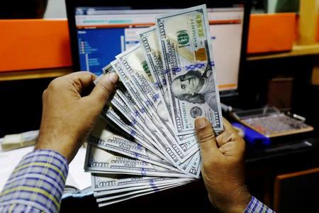 Dólar cierra casi plano y se encamina a cuarto mes consecutivo de ganancias