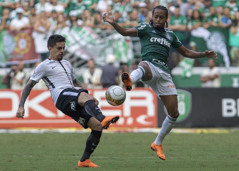Fagner e Keno disputam bola na segunda partida da final do Estadual do ano passado (Getty Images)