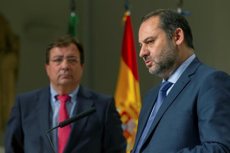 El ministro de Fomento, José Luis Ábalos (d) y el presidente de la Junta de Extremadura Guillermo Fernández Vara (i), durante la rueda de prensa, tras la reunión¡ con los integrantes del Pacto Social y Político por el Ferrocarril de Extremadura, tras los últimos incidentes en este medio de transporte, hoy en Mérida. EFE