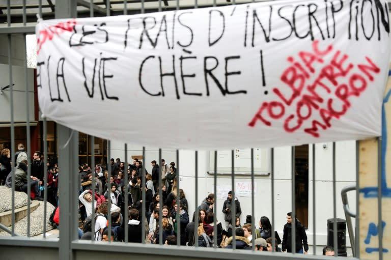 Una pancarta en protesta contra el presidente Macron en un campus de la Universidad de la Sorbona en París, el 5 de diciembre de 2018