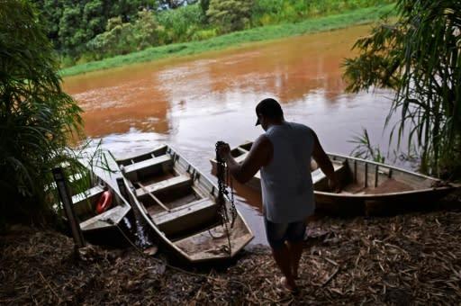 El pescador brasileño Wenis Alves Rodrigues prepara su bote el 8 de enero de 2020 (AFP | DOUGLAS MAGNO)