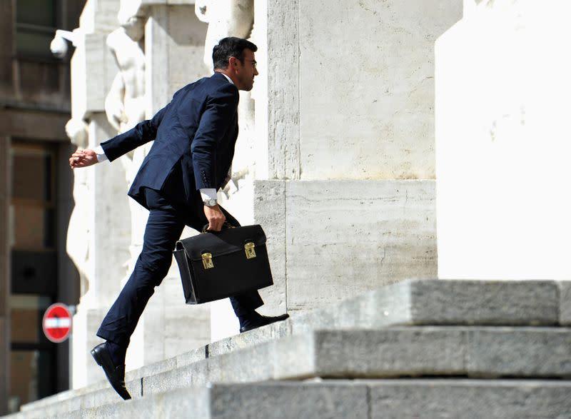 Borsa Milano in rialzo in avvio, in luce comparto risparmio gestito