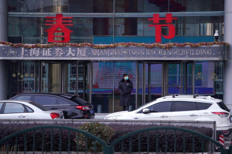 Borsa Shanghai chiude piatta, ma peggior calo settimanale da luglio su timori virus