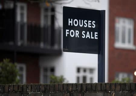 Foto de archivo. Un cartel de venta de viviendas en Londres