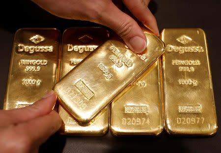 Oro suma tercera semana de avances por caída del dólar