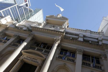 Peso argentino se aprecia por nueva política del banco central, prudencia inversora