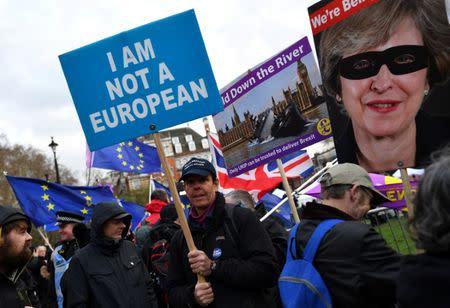 Un manifestante favorable al Brexit muestra una pancarta contra la Unión Europea en el exterior del Parlamento, en Londres, Reino Unido.