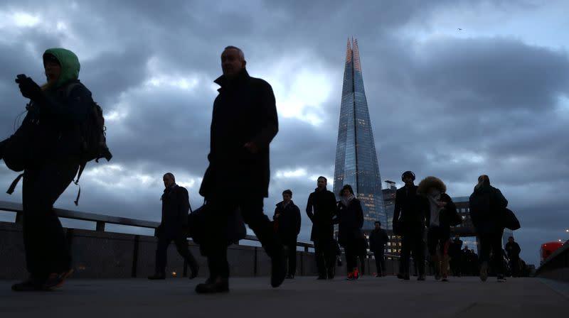 Borse Europa in ribasso su profit warning società, male titoli britannici