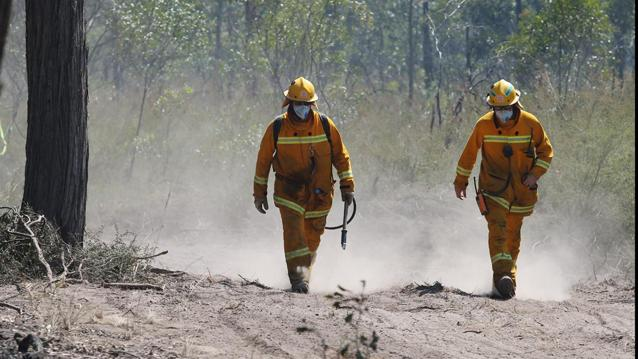 Hume Highway cut by out-of-control bushfire near Wingello