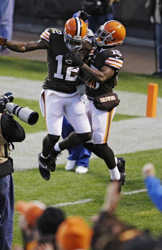 Campbell shakes off rib injury to lead Browns