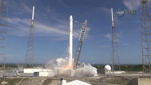SpaceX Dragon Lifts Off on Mission to Refuel Space Station Supplies