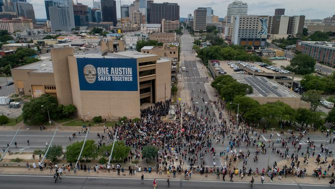 Para pengunjuk rasa berkumpul di depan markas besar Departemen Kepolisian Austin di Austin, Texas (31/5/2020). unjuk rasa tersebut memprotes kematian George Floyd setelah dijepit di leher oleh seorang petugas kepolisian Minneapolis. (Jay Janner/Austin American-Statesman via AP)