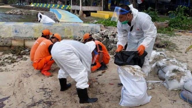 Respons Ceceran Minyak di Pulau Pari, PHE OSES Kirim Tim Pembersihan