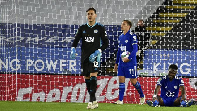 Pemain Leicester City Marc Albrighton (tengah) bereaksi usai Arsenal mencetak gol ke gawangnya pada pertandingan Piala Liga Inggris di Stadion King Power, Leicester, Inggris, Rabu (23/9/2020). Arsenal mengalahkan Leicester City 2-0. (AP Photo/Rui Vieira, Pool)