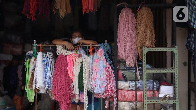 Pedagang menunggu pembeli di Pasar Cipadu, Tangerang, Senin (21/9/2020). Asosiasi Pertekstilan Indonesia (API) menyatakan industri Tekstil dan Produk Tekstil (TPT) sudah mulai beroperasi meski belum normal kembali akibat daya beli yang masih rendah di masa pandemi. (Liputan6.com/Angga Yuniar)