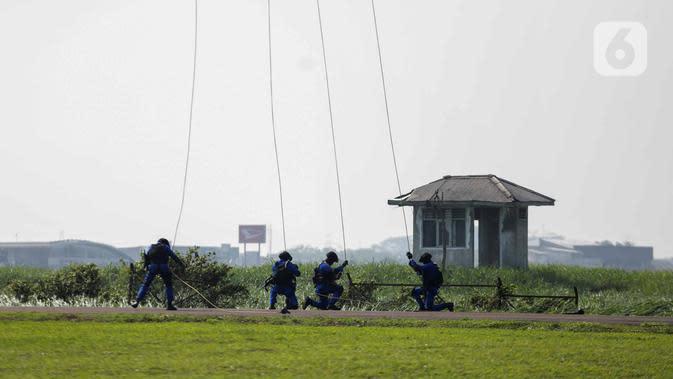 Anggota Polairud turun dari helikopter saat simulasi penangkapan atau pengungkapan transaksi narkoba saat perayaan HUT ke-69 Polairud di Mako Polairud, Pondok Cabe, Tangerang, Rabu (4/12/2019). Dalam simulasi tersebut Polairud mengerahkan helikopter hingga anjing K9. (Liputan6.com/Faizal Fanani)