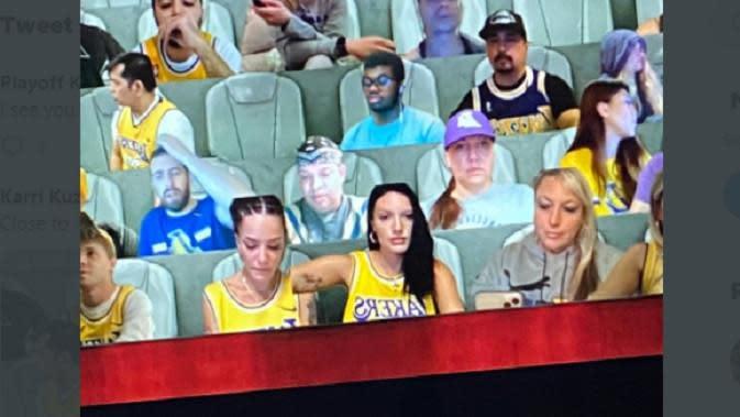 Halsey, penyanyi dan penggemar berat LA Lakers hadir lewat gambar virtual di laga NBA (Twitter)