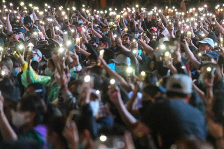 Thai democracy protesters defy ban for fourth day