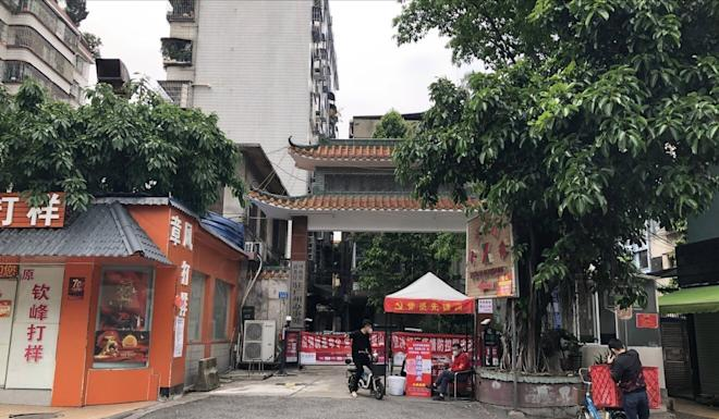 Entry to Kuangquan Street in Yuexiu district is being strictly controlled. Photo: Guo Rui