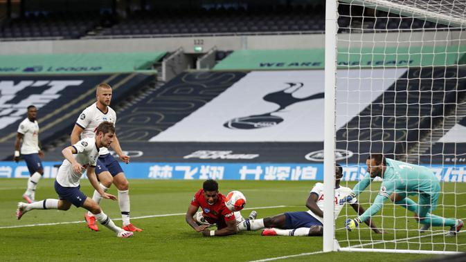 Striker Manchester United, Marcus Rashford, berusaha mencetak gol ke gawang Tottenham Hotspur dalam laga lanjutan Premier League 2019/20 di Tottenham Hotspur Stadium, Sabtu (20/6/2020) dini hari WIB. Manchester United bermain imbang 1-1 atas Tottenham. (AFP/Matthew Childs/pool)