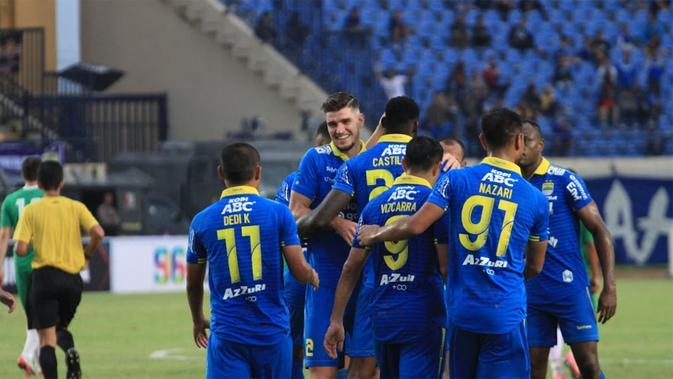 Para pemain Persib Bandung saat beruji coba. (Bola.com/Erwin Snaz)