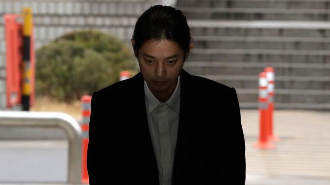 Penyanyi K-pop, Jung Joon Young tiba untuk mengikuti persidangan di kantor pengadilan Seoul, Kamis, (21/3). Jung Joon Young. (AP Photo/Lee Jin-man)