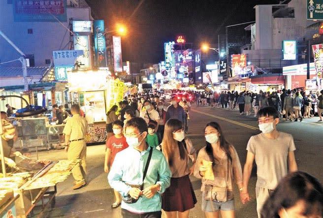 清明連假,墾丁大街擠滿觀光人潮。(林和生攝)