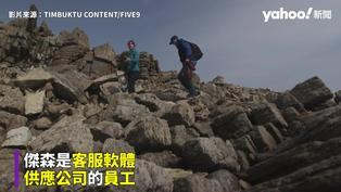 最狂「遠端」上班 蘇格蘭男吊掛懸崖邊面向大海辦公