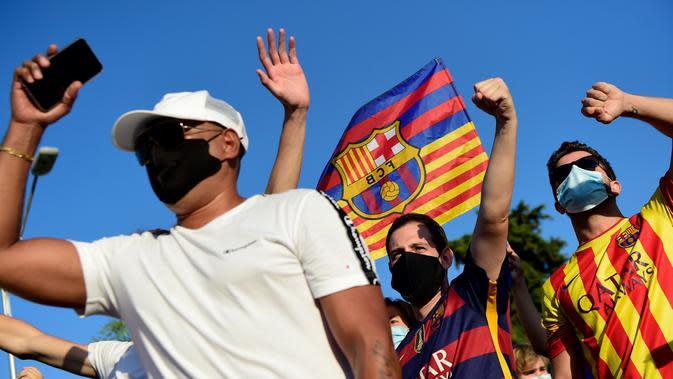 Suporter saat protes di depan kantor Barcelona, Rabu (26/8/2020). Dalam aksi tersebut fans meminta Lionel Messi bertahan dan menuntut Josep Maria Bartomeu mundur dari jabatannya. (AFP/Pau Barrena)
