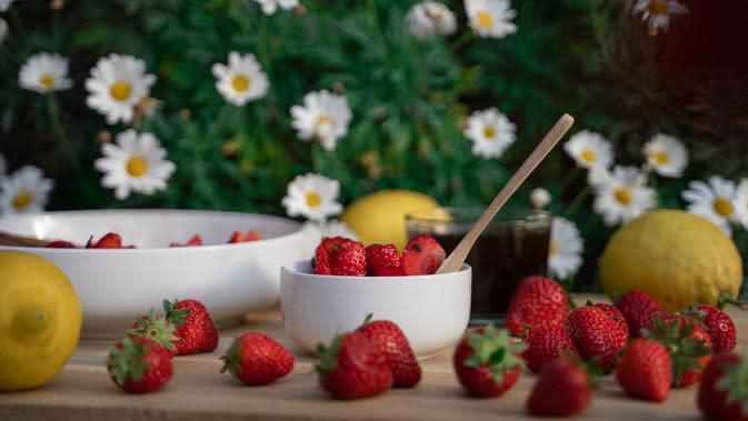 Ilustrasi buah stroberi. (dok.unsplash/ Daphné Be Frenchie)