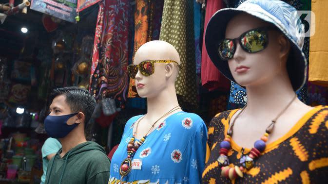 Warga memakai masker di Pasar Jatinegara, Kamis (10/9/2020). Pembagian masker serta himbauan memakai masker saat keluar rumah dan ditempat Himb ini dilakukan untuk pencegahan penularan Covid-19 dimana kasus Covid-19 terus meningkat. (merdeka.com/Imam Buhori)