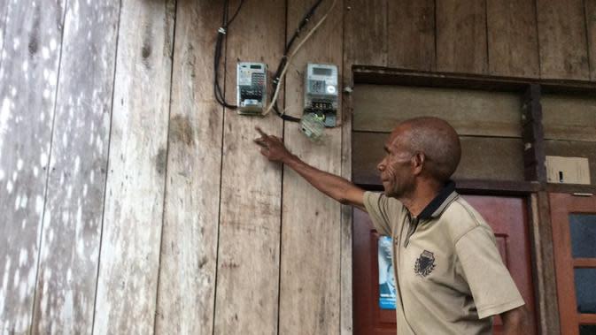 Warga Tabrauw, Papua Barat yang menikmati listrik.