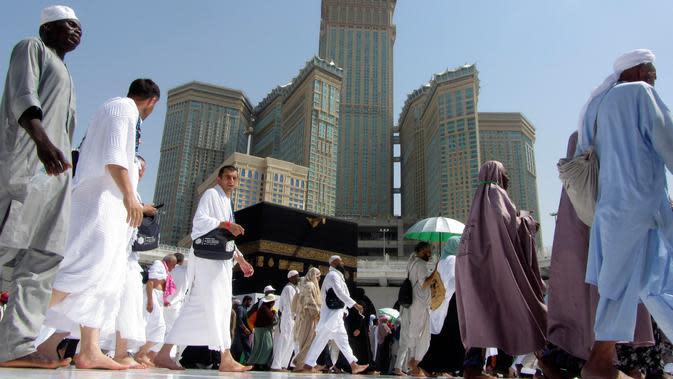 Umat muslim mengelilingi Kakbah di Masjidil Haram, Makkah, Arab Saudi, Senin (5/8/2019). Saat haji atau umrah, umat muslim akan berputar tujuh kali mengelilingi Kakbah berlawanan arah jarum jam. (AP Photo/Amr Nabil)