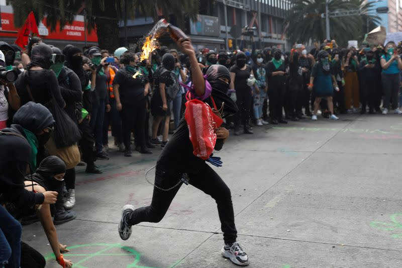 Mexican women demanding legalization of abortion clash with police