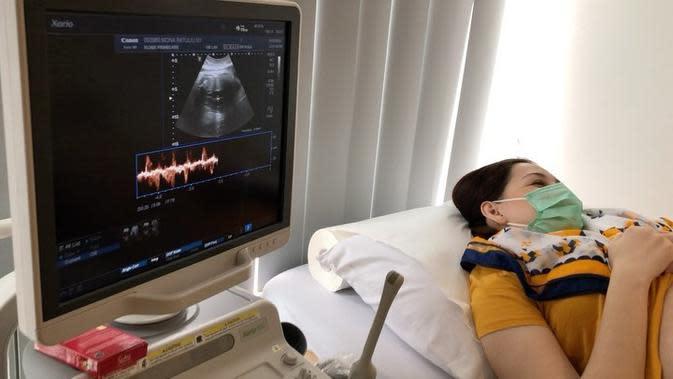 Dalam unggahan sebelumnya setelah memeriksakan kehamilannya, ia bersyukur saat usia kandungan 37 minggu, bayi yang ada dalam kandungannya sudah 3 kilogram. (Instagram/monaratuliu)