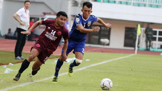 Bek PSM Makassar, Asnawi Mangkualam, saat melawan Becamex Binh Duong pada laga semifinal Zona ASEAN Piala AFC 2019 di Stadion Pakansari, Rabu (26/6). PSM menang 2-1 atas Becamex Binh Duong. (Bola.com/M Iqbal Ichsan)
