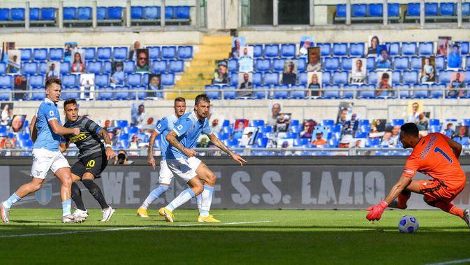 Striker Inter Milan, Lautaro Martinez, mencetak gol ke gawang Lazio pada laga Liga Italia di Stadion Olimpico, Roma, Minggu (4/10/2020). Kedua tim bermain imbang 1-1. (Fabrizio Corradetti/LaPresse via AP)