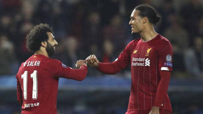 Penyerang Liverpool, Mohamed Salah (kiri)berselebrasi bersama rekannya Virgil van Dijk usai mencetak gol ke gawang KRC Genk pada pertandingan lanjutan Grup E Liga Champions di Luminus Arena, Genk (23/10/2019). Liverpool menang telak -14 atas KRC Genk. (AP Photo/Francisco Seco)