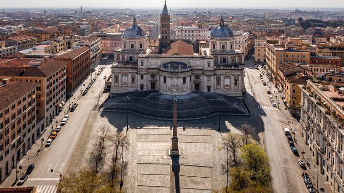 Foto udara pagi pada 30 Maret 2020, Piazza dell'Esquilino di depan basilika Santa Maria Maggiore yang sepi selama penerapan lockdown di Roma. Roma menjelma bak kota mati pasca pemerintah Italia memberlakukan aturan lockdown untuk mencegah penyebaran virus corona. (Elio CASTORIA/AFP)